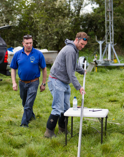Mark helping John fit an aluminium section to the top of a fibreglass mast.